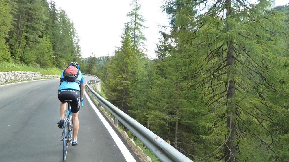 Rennradfahrer bei der Auffahrt zum Grödner Joch