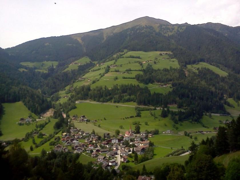 Anstieg aus dem Weitental von der gegenüber liegenden Talseite aus gesehen