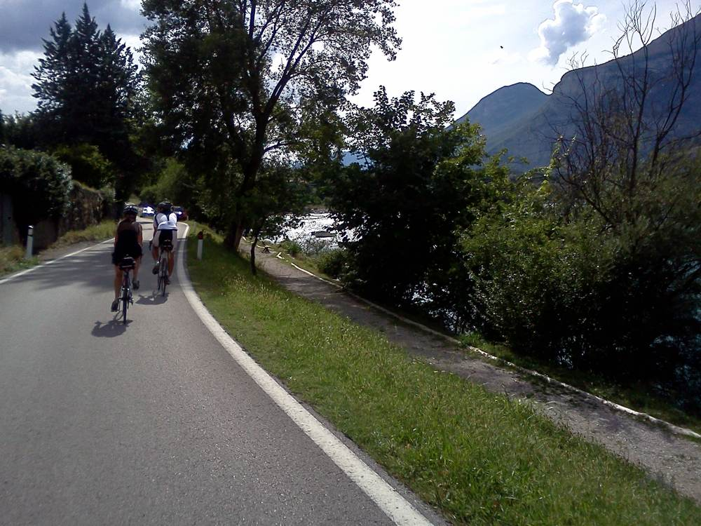 Rennradfahrer am Lago di Cavedine