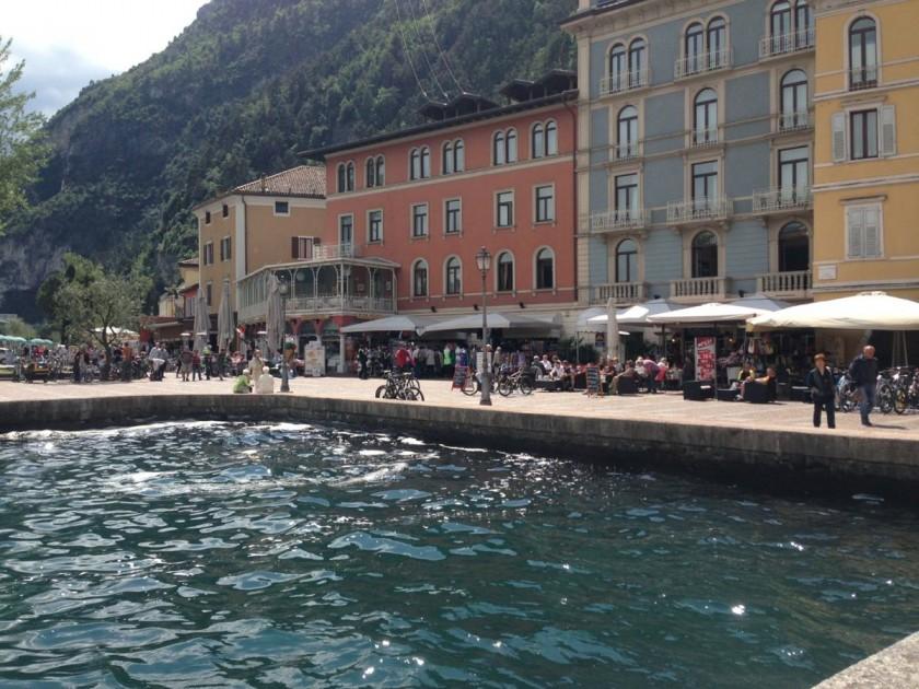 Gardaseerunde-Riva-Promenade_Rennradler-IT